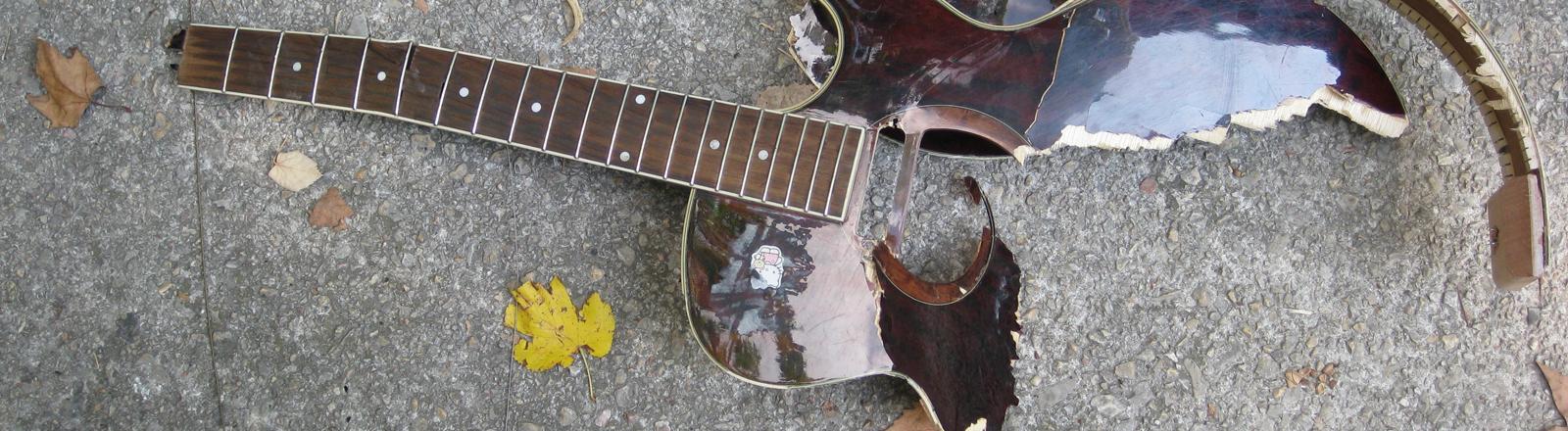 Eine zerstörte Gitarre liegt auf einem Fußweg in Lourmarin im Luberon in Frankreich