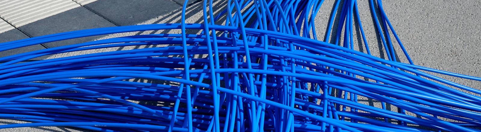Blaue Glasfaserkabel auf Boden
