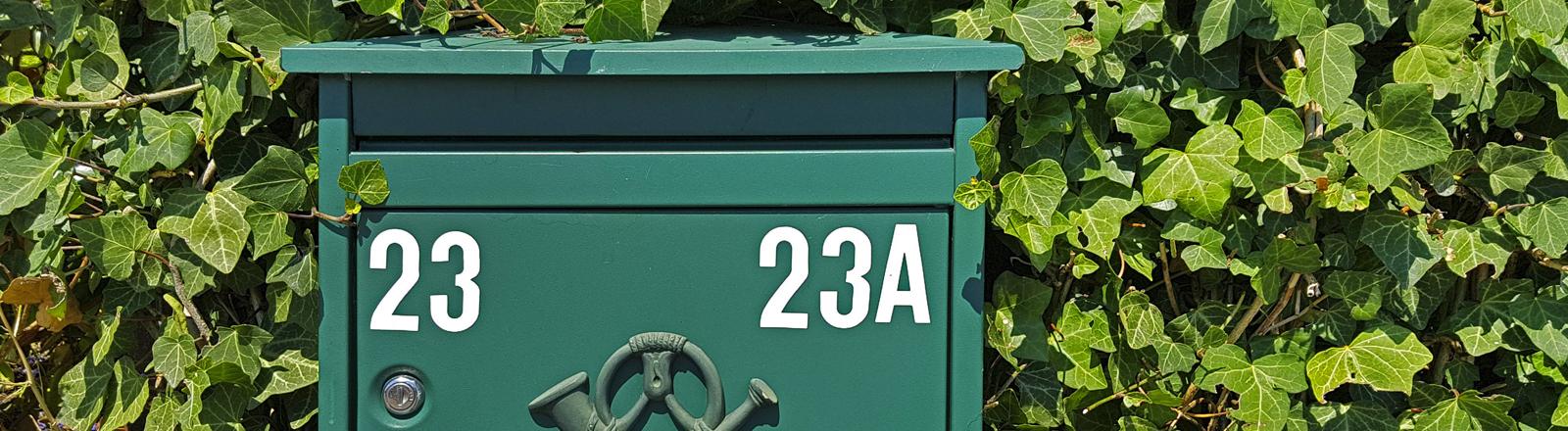 """Hausnummern """"23"""" und """"23A"""" auf einem Briefkasten"""