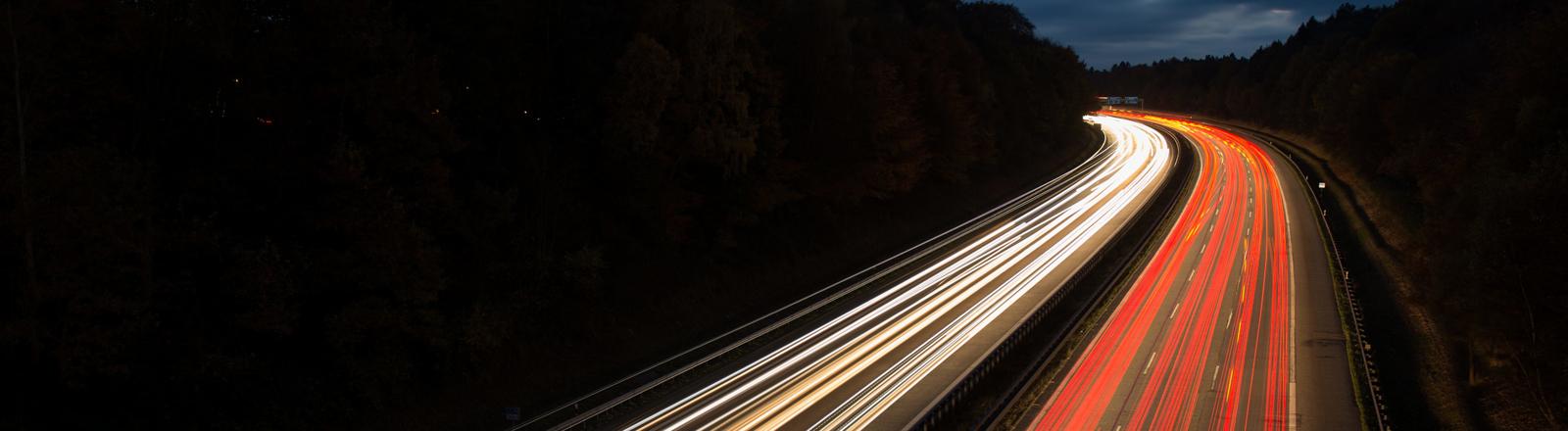 Fahrzeuge fahren am 07.11.2016 in Hamburg über die Autobahn 7.