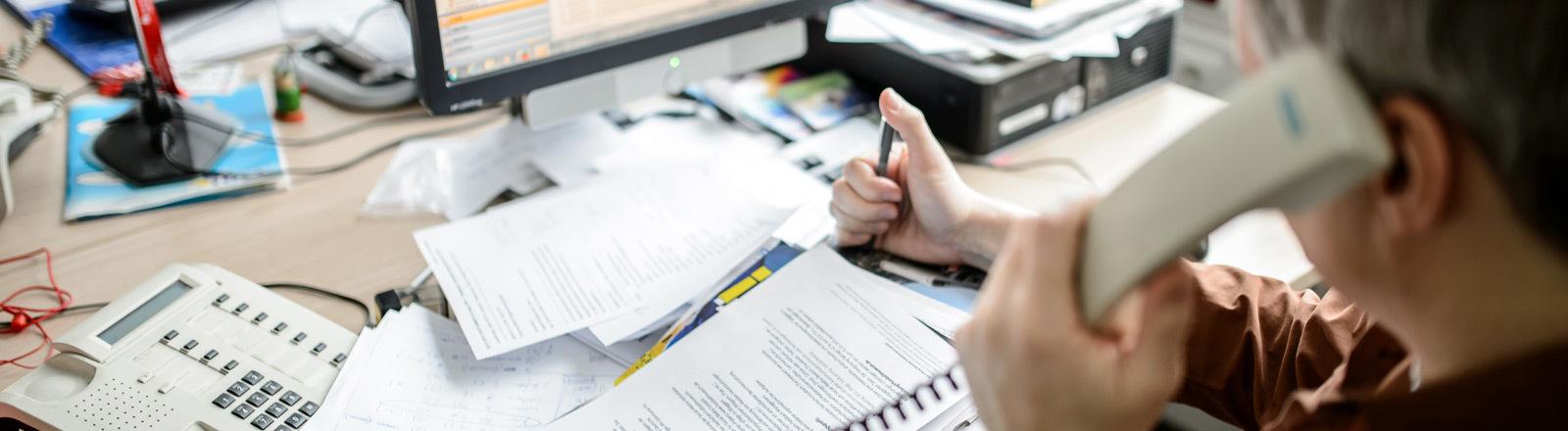 Ein Mann arbeitet an einem Schreibtisch in einem Büro.