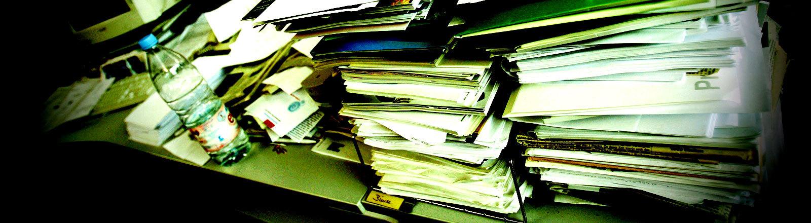 Stapel Papier auf einem Schreibtisch