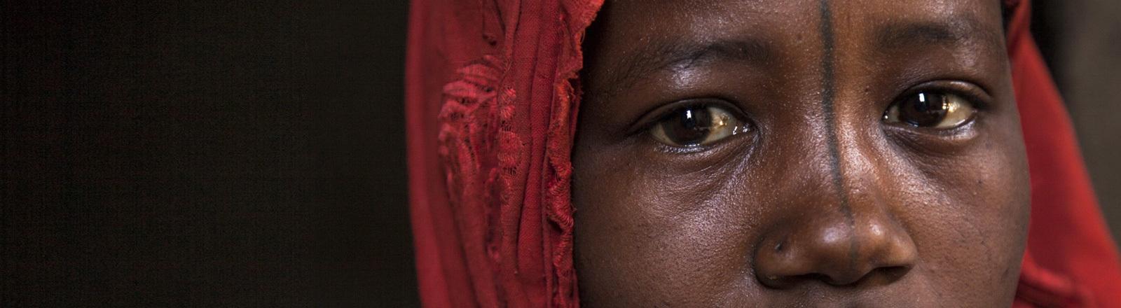 Das Bild zeigt eine Frau aus Banki. Laut UNICEF leben viele Frauen in Banki, die während der Krise um Boko Haram von ihren Ehemännern getrennt wurden.