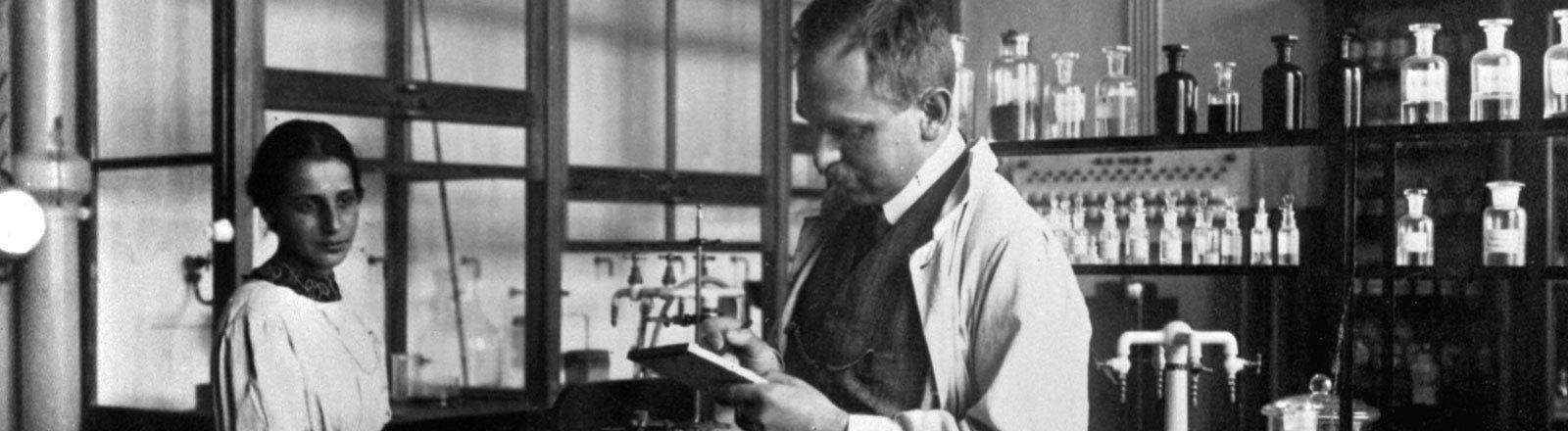 Die Chemiker Otto Hahn und Lise Meitner im Labor des Kaiser-Wilhelm-Instituts für Chemie in Berlin.