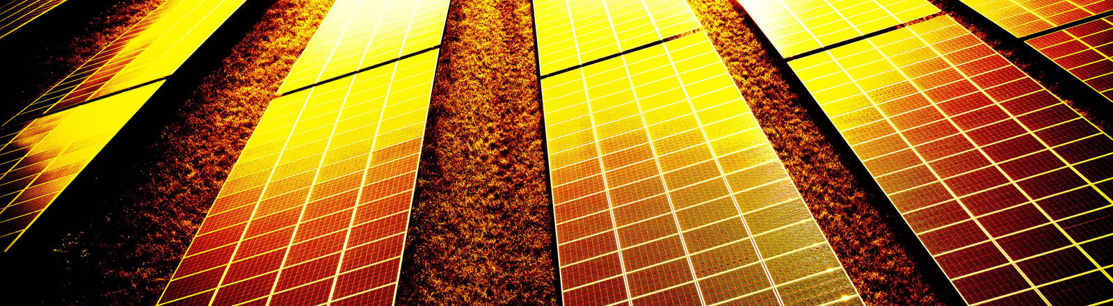 Photovoltaikanlage bei Sonnenuntergang.