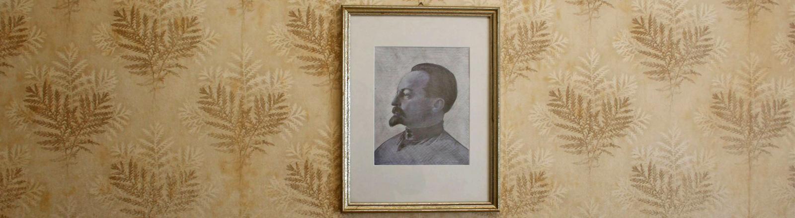 Porträt von Feliks Dzierzynski, Gründer der Tscheka, an einer alten Wand