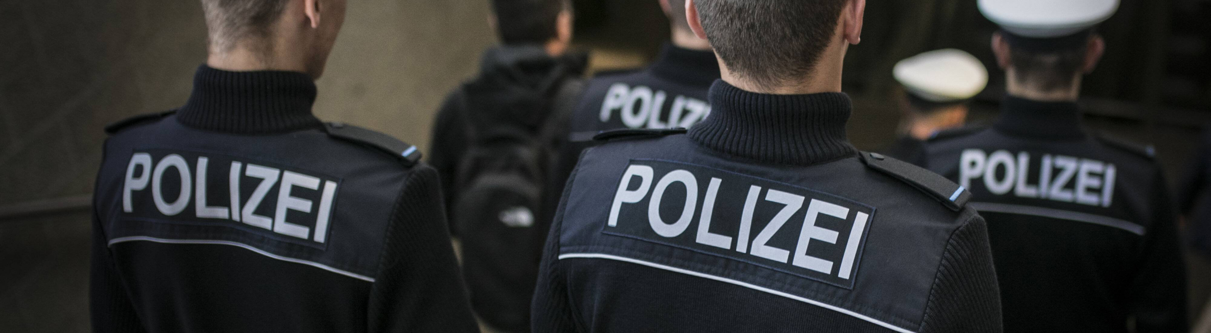 Polizisten laufen Streife (Symbolbild).