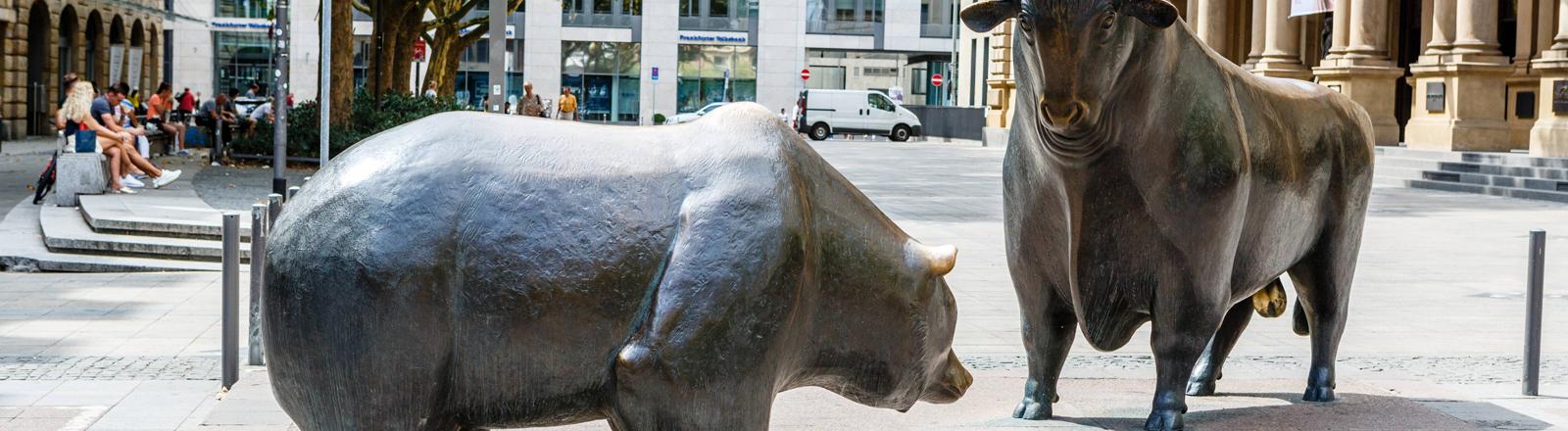 Skulpturen eines Bären und eines Bullen am Frankfurter Börsenplatz