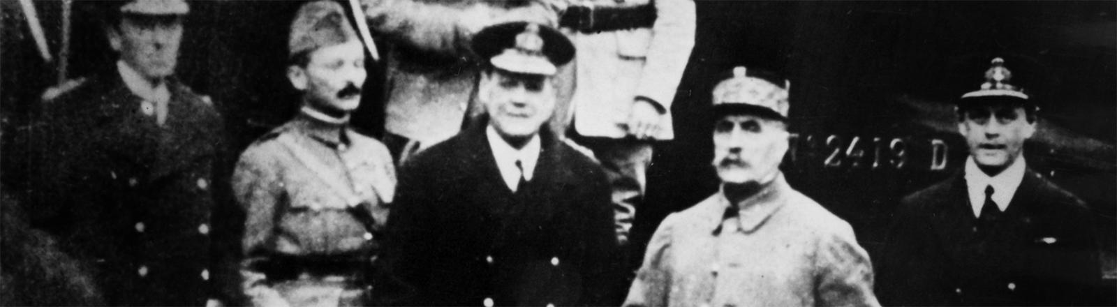Der französische General Foch (2.v.r.) und Mitglieder der deutschen und französischen Delegation am 11.11.1918 vor dem Eisenbahnwaggon in Compiegne, Frankreich, in dem der Wafenstillstand beschlossen wurde der die Kampfhandlungen des 1. Weltkriegs beendete