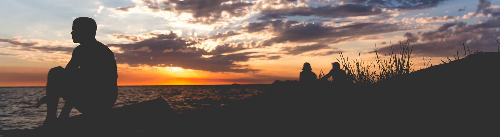 Ein Mann vor Sonnenuntergang