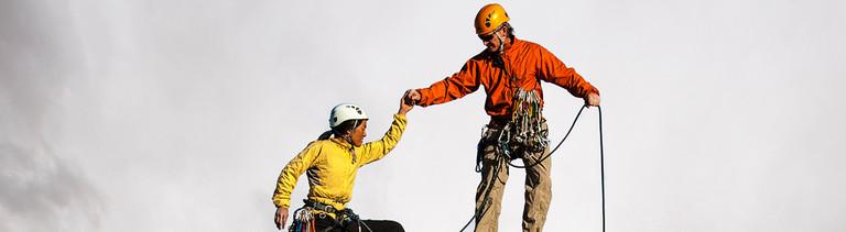 Bergsteiger helfen sich
