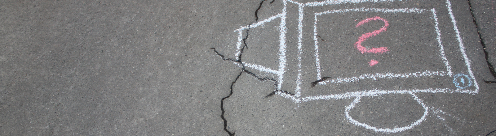 Computer mit Kreide auf den Boden gemalt