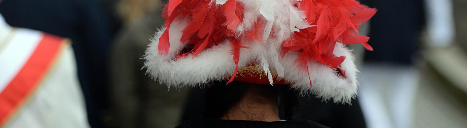 Närrinnen und Narren laufen am 11.11.2013 in ihren Kostümen zum Karnevalsauftakt vor das Rathaus in Potsdam (Brandenburg). Die fünfte Jahreszeit dauert bis zum Aschermittwoch. Foto: Ralf Hirschberger/ZB