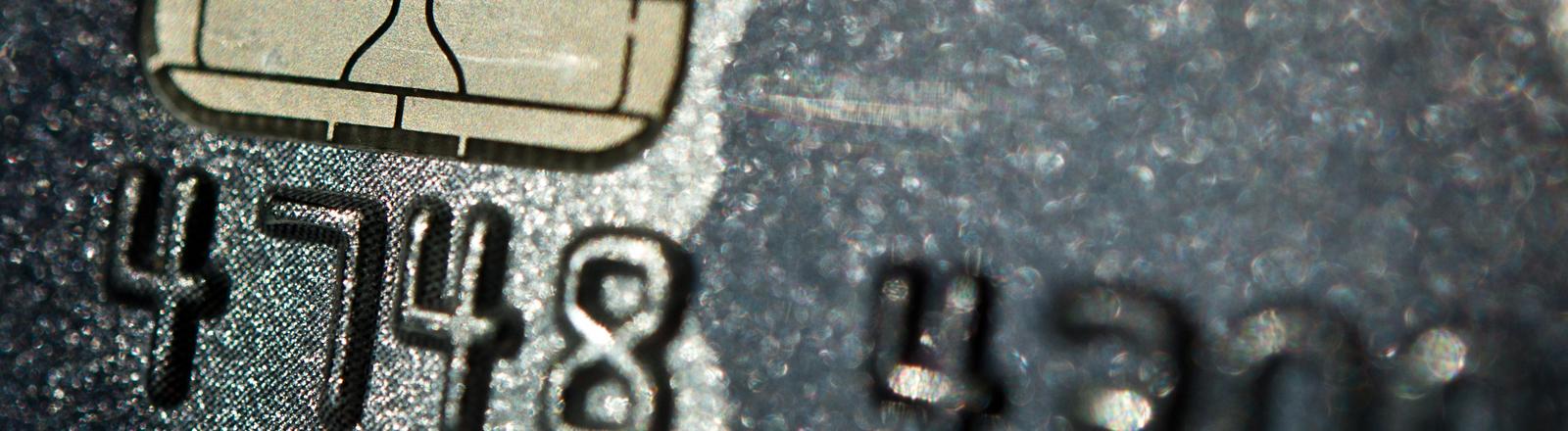 Die Kreditkartennummer einer Visa-Kreditkarte glänzt am 16.09.2014 in Hannover (Niedersachsen) im Sonnenlicht.
