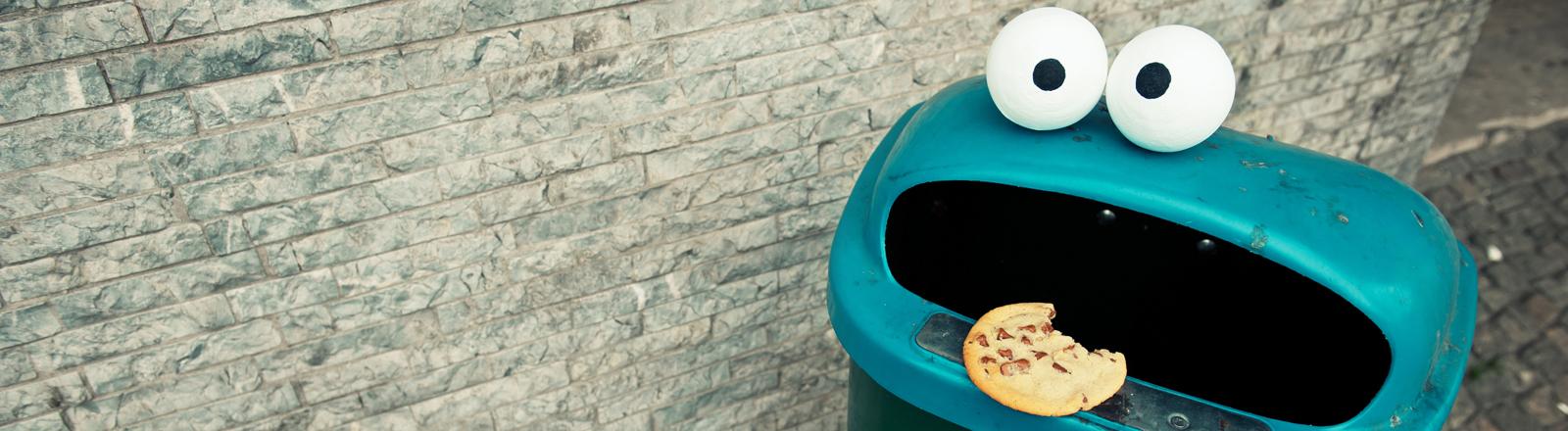 Mülleimer mit Krümmelmonster-Look und Keks