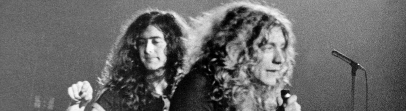 """Leadsänger Robert Plant (r) und Gitarrist Jimmy Page bei einem Auftritt der britischen Rockgruppe """"Led Zeppelin"""" am 8.3.1970 in München."""