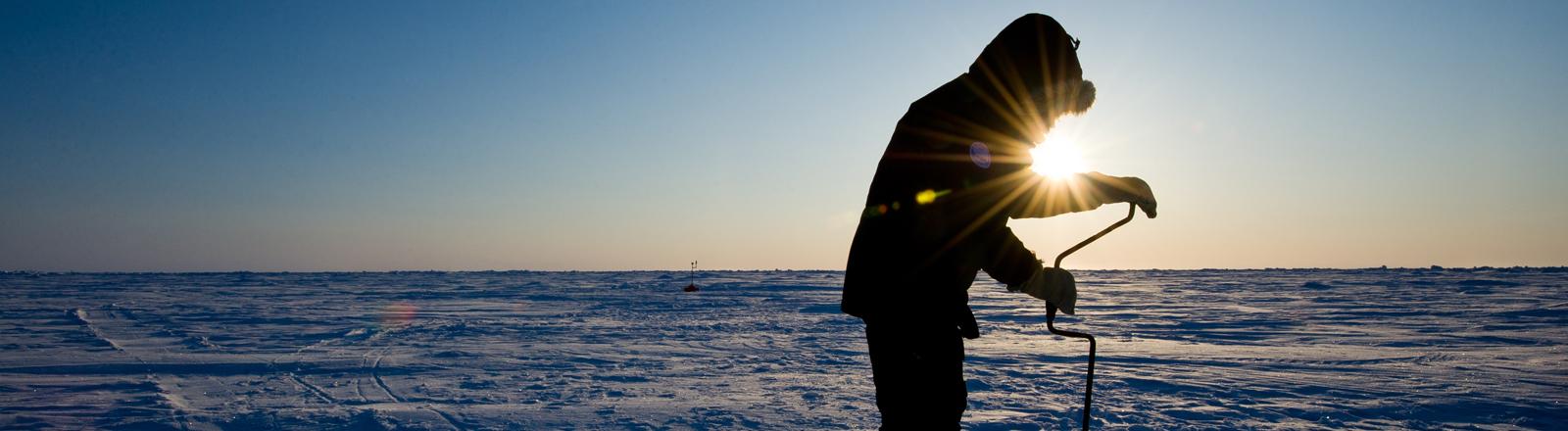 Ein russischer Wissenschaftler entnimmt am Nordpol eine Bodeprobe