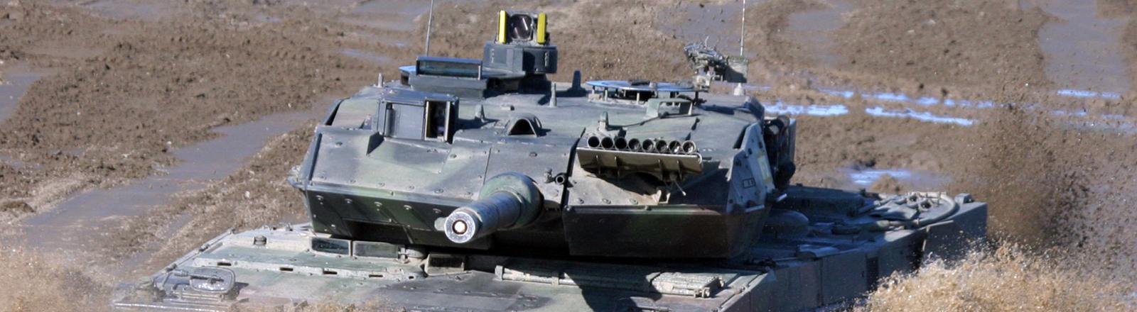 Ein Kampfpanzer vom Typ Leopard 2 bei der Fahrt durch ein Flussbett auf dem Truppenübungsplatz Munster
