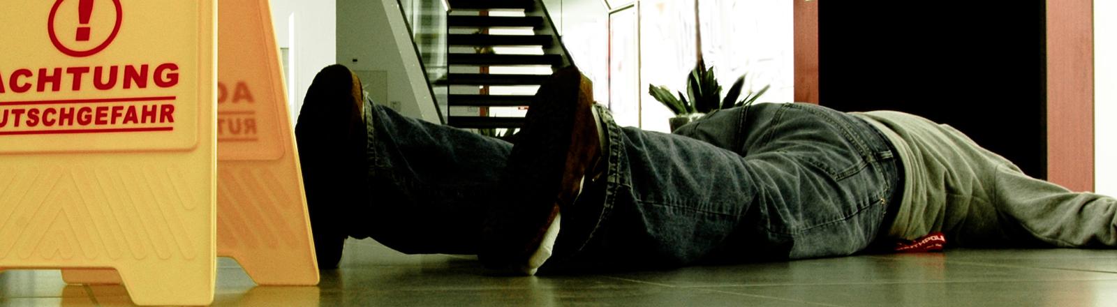 Mann liegt auf dem Boden