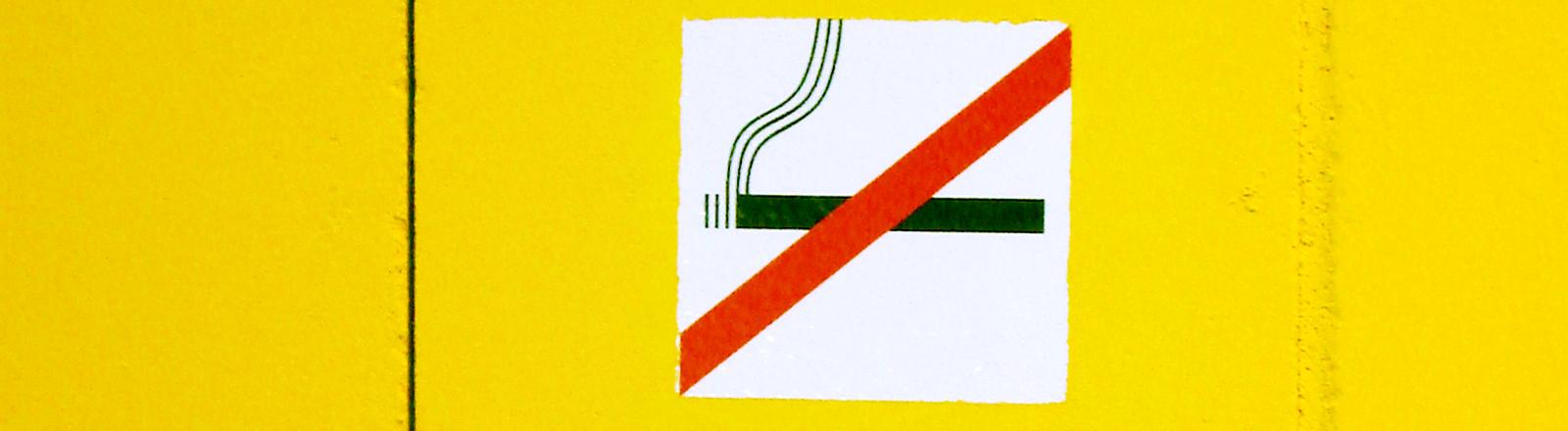 Ein Schild, dass auf das Rauchverbot hinweist.