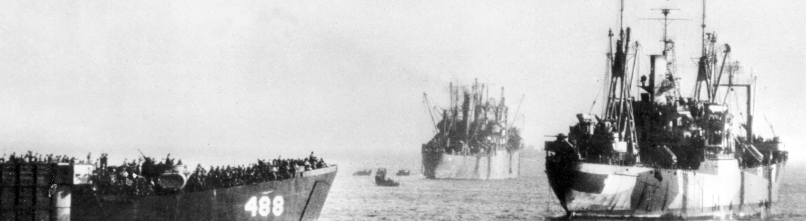 US-Landung auf den Philippinen - Die US-amerikanische Invasionsflotte vor Luzon, der Hauptinsel der Philippinen. Aufnahme vom Januar 1945.