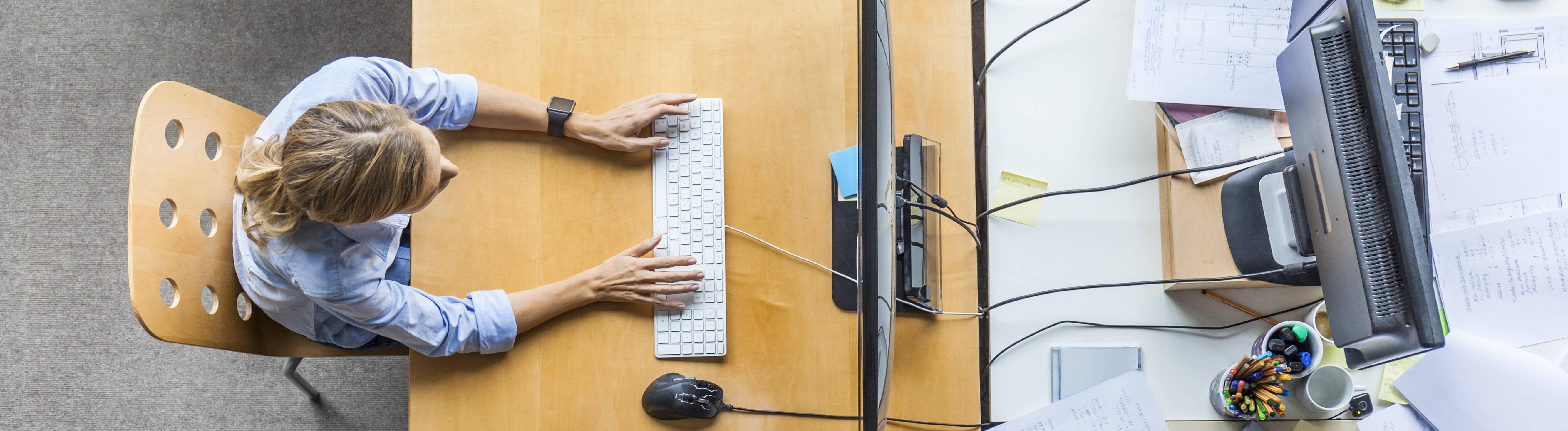 Ein Frau am Schreibtisch