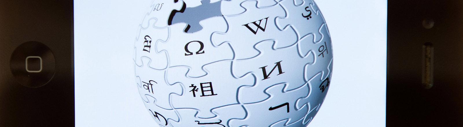 Das Logo der Online-Enzyklopädie Wikipedia ist auf einem i-Phone zu sehen, aufgenommen am 23.08.2012 in Berlin.