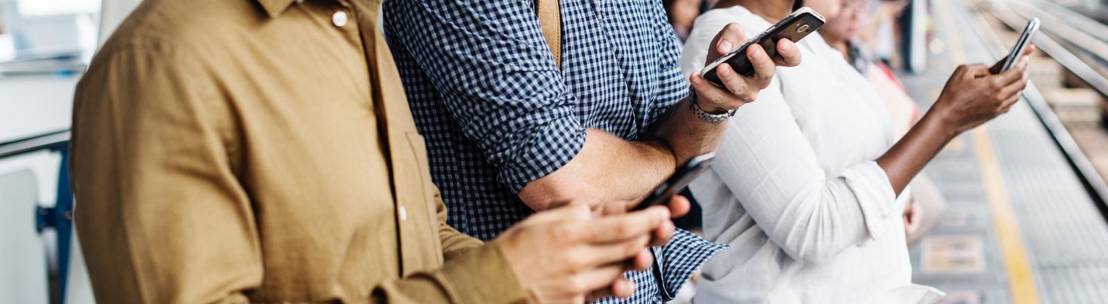 Menschen schauen auf ihr Smartphone