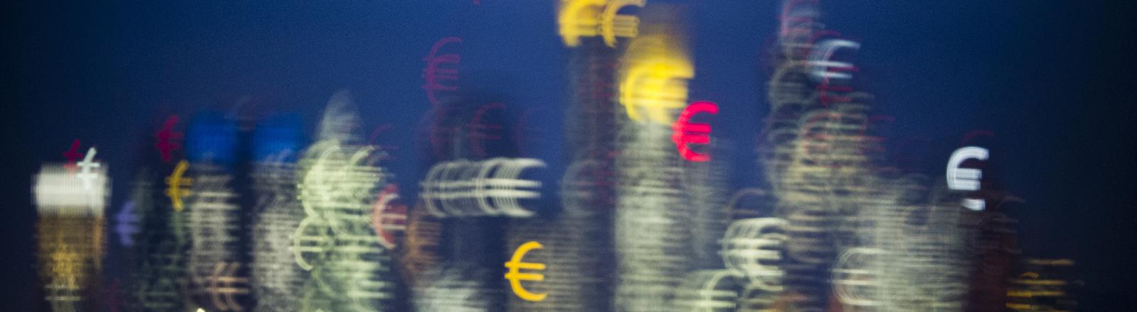 Die Bankentürme von Frankfurt am Main (Hessen) scheinen kurz nach Sonnenuntergang aus vielen kleinen Eurozeichen zu bestehen, aufgenommen am 31.01.2014.