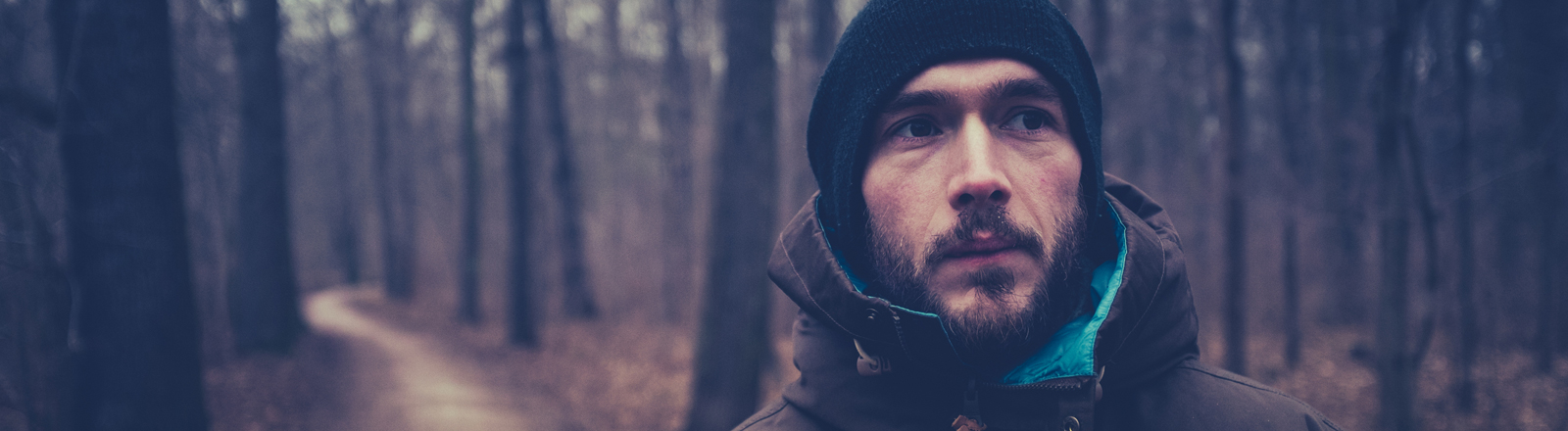 Ein Mann allein im Wald