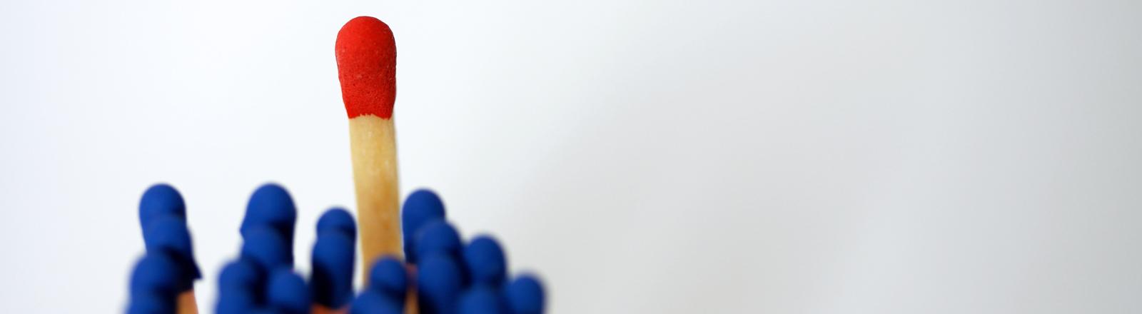 Rote und blaue Streichholzköpfe