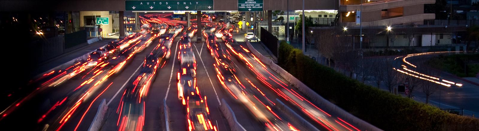 Eine mehrspurige Autobahn bei Nacht