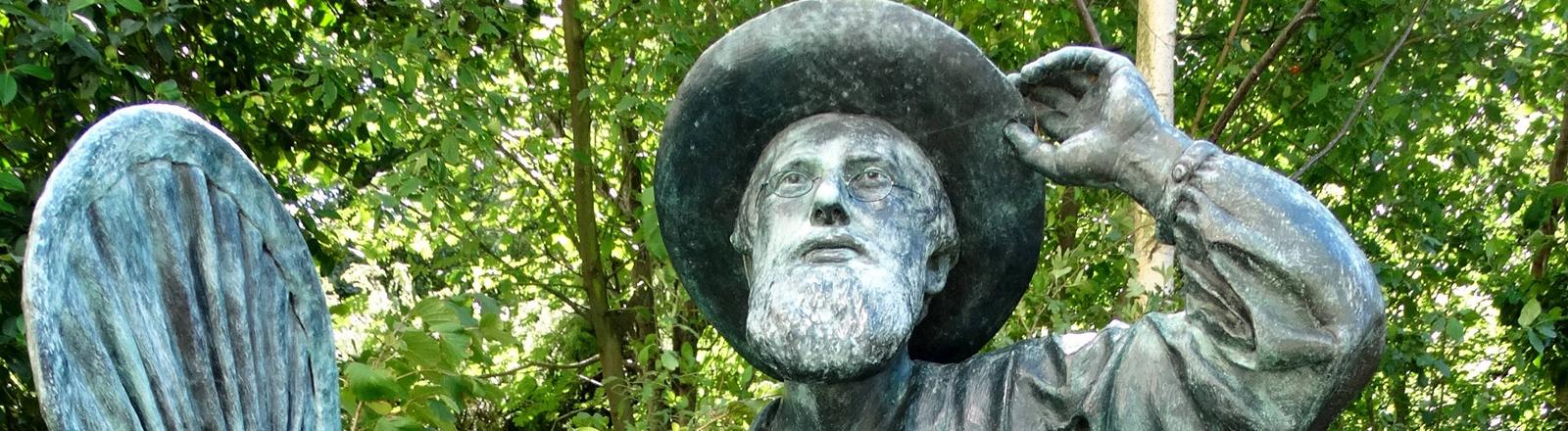 Statue des Naturforschers Alfred Russel Wallace