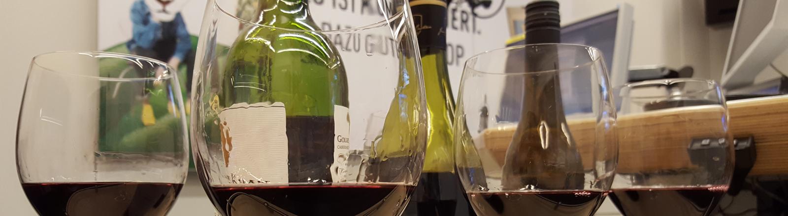 Weingläser mit Wein im Studio