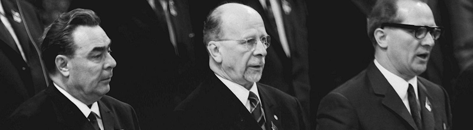 Walter Ulbricht beim gemeinsamen Gesang auf dem VII. Parteitag der SED im April 1967