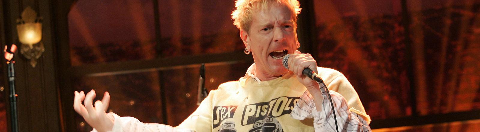 Der Sänger Johnny Rotten von den Sex Pistols auf der Bühne