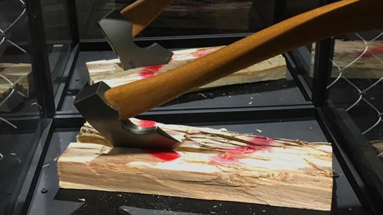 Eine Axt steckt in einem Holzscheit