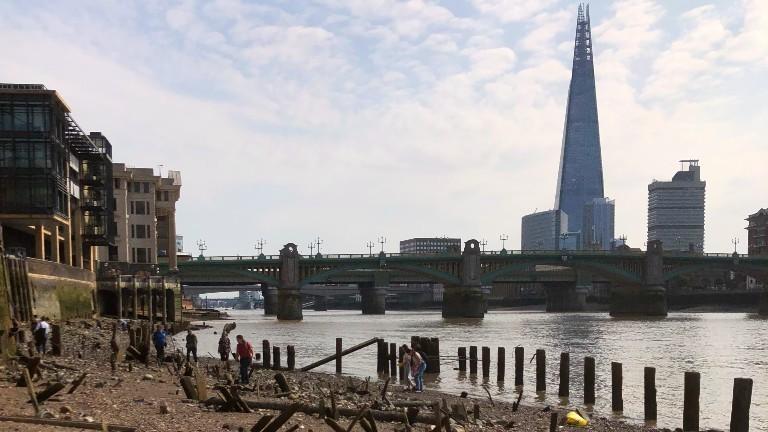 Am Ufer der Themse suchen Menschen beim Mudlarking nach alten Schätzen.