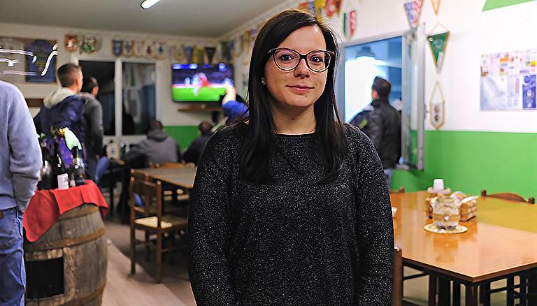 Giulia in einem Vereinsheim in Vigolo in Norditalien