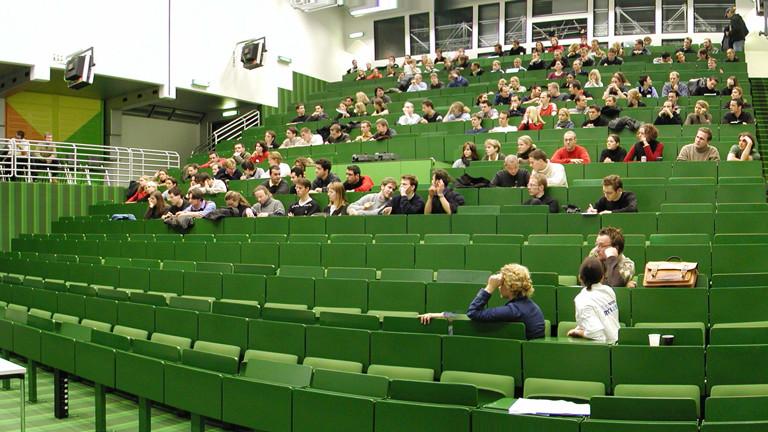 Studenten sitzen im Hörsaal.