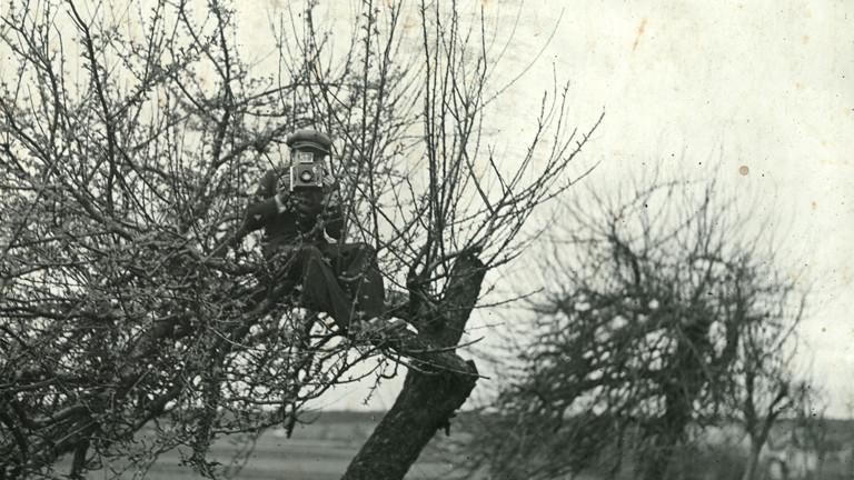 """""""Paparazzi!"""" Ausstellung Kunsthalle Schirn Frankfurt: Aufnahme entstanden auf dem Set von """"Le Gamin de Paris"""" von Gaston Roudès, 1932"""
