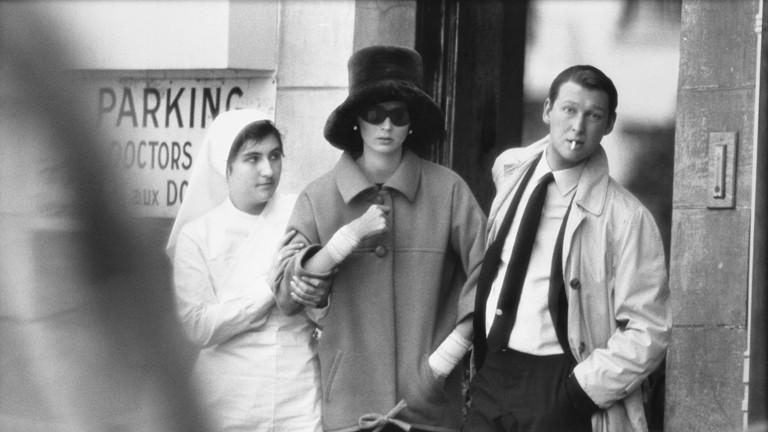 """""""Paparazzi!"""" Ausstellung Kunsthalle Schirn Frankfurt: Suzy Parker und Mike Nichols, Mantel von Saint Laurent, The American Hospital, Paris, 31. Juli 1962"""