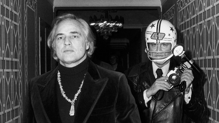 """Paparazzi!"" Ausstellung Kunsthalle Schirn Frankfurt: Marlon Brando und Ron Galella beim Benefizball der American Indians Development Association im Waldorf Astoria Hotel, New York, 26. November 1974"