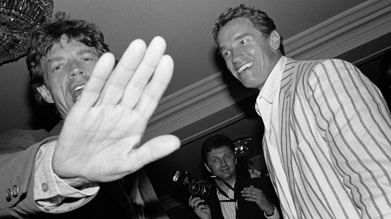 """""""Paparazzi!"""" Ausstellung Kunsthalle Schirn Frankfurt: Mick Jagger und Arnold Schwarzenegger, Hôtel du Cap, Antibes, 1990"""