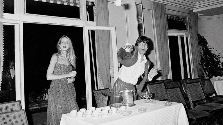 """""""Paparazzi!"""" Ausstellung Kunsthalle Schirn Frankfurt: Mick Jagger und Jerry Hall im Pré Catelan, Paris, 19. Juni 1980"""