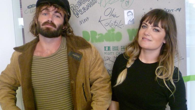 Angus und Julia Stone stehen vor der DRadio-Wissen-Band-Wand.
