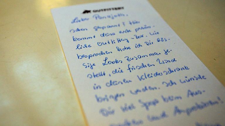 Zum Mode-Päckchen gab es auch noch einen handgeschriebenen Text, der frischen Wind für den Kleiderschrank verspricht.