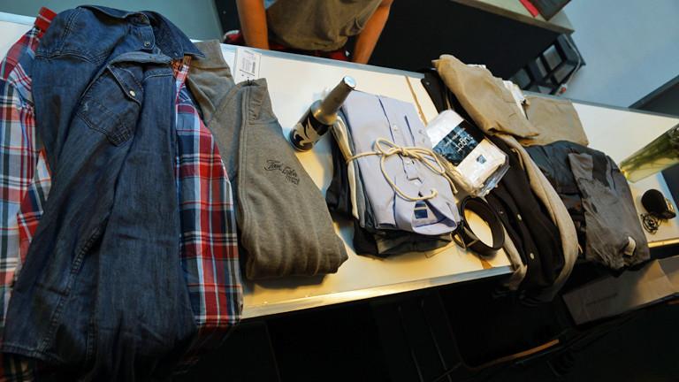 Das ist die gesamte Ausbeute: 17 Kleidungsstücke im Wert von 919 Euro. Ein Bier gab's gratis dazu.