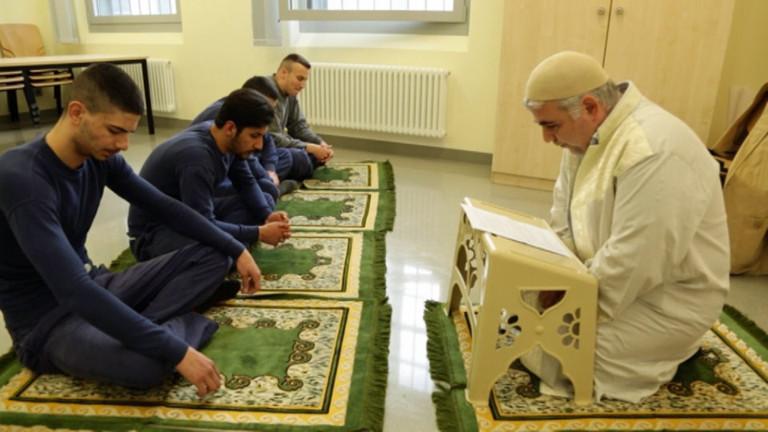 Junge Muslime beten mit einem Imam in der JVA in einem Mehrzweckraum