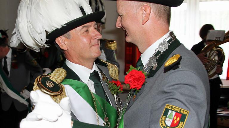 Der neue Schützenkönig Roger Habermann (l) und sein Lebensgefährte Guido Leffrang als Königsbegleiter tanzen am Sonntag (13.05.2012) in Sallahn nach der Königsproklamation den Ehrentanz.